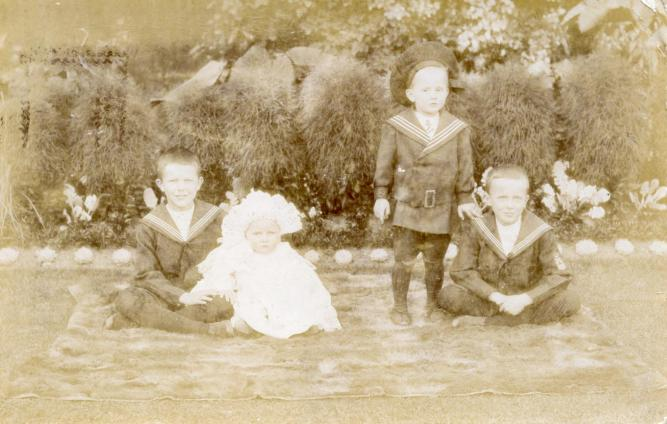 The Skelton children in Woodford, Essex (1907)